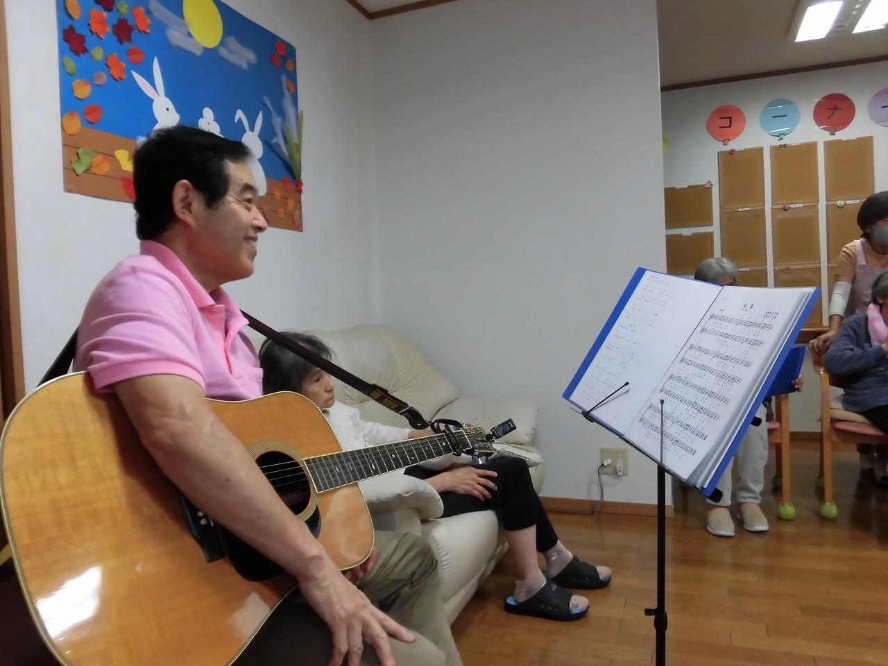 職員によるギター演奏会【グループホームエレクト】
